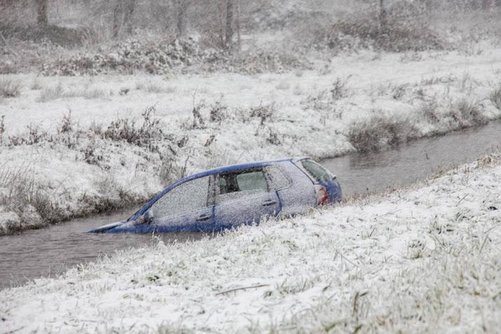 Veel schade en aanrijdingen door sneeuwval.