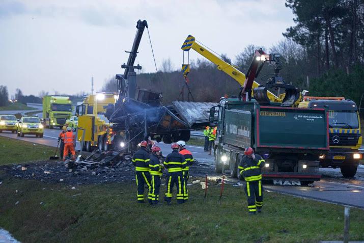 A4 bij Dinteloord tot zaterdagmiddag dicht voor spoedreparatie na ongeval met truck frituurvet.