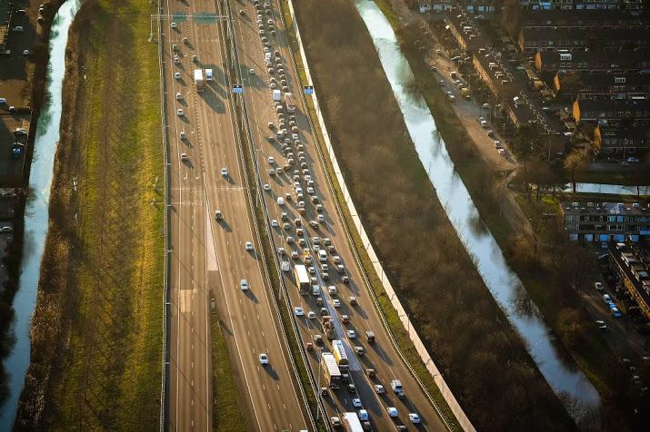 A12 richting Utrecht bij Zevenhuizen tot laat in avond dicht na ongeluk.