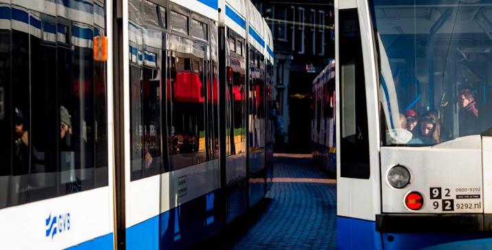 Veertien gewonden door aanrijding bus en tram.