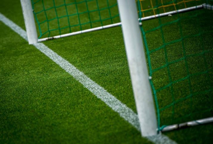 Jongen overlijdt door botsing op voetbalveld.