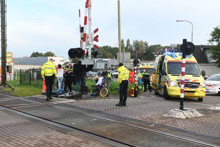 Moeder en kind gewond na ongeval met bakfiets bij spoorwegovergang Bodegraven.