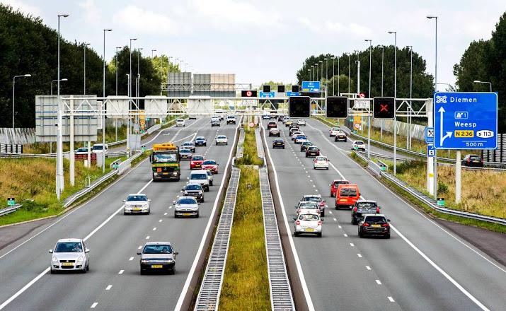 Automobilisten voorkomen ongeval op snelweg.