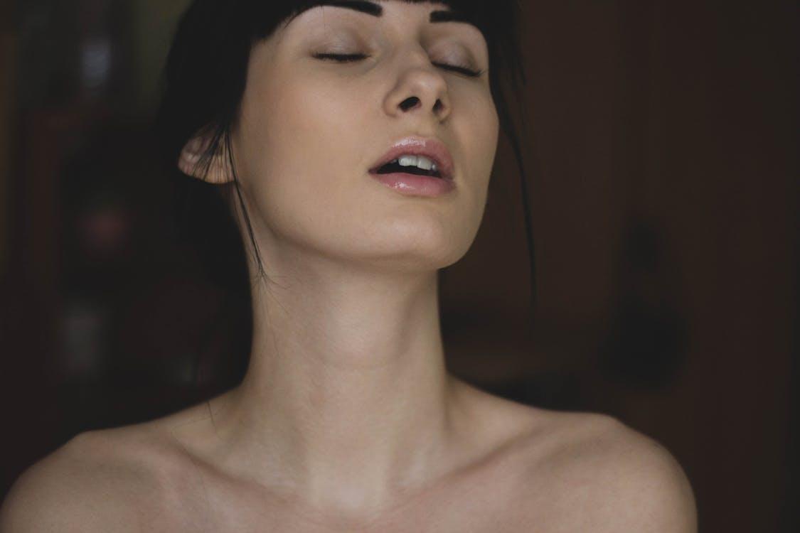 Ze faket haar blessure, maar niet haar orgasme