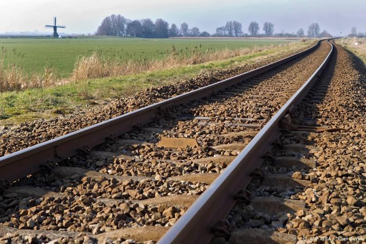 Dode bij botsing tussen trein en auto, 200 passagiers geëvacueerd.