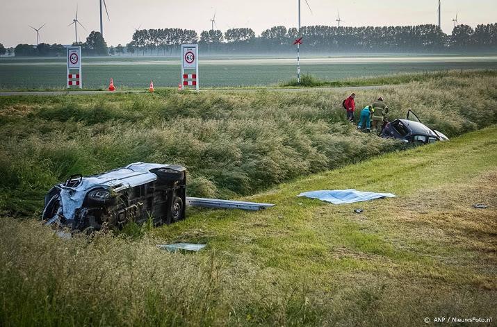 Dode en 9 gewonden bij aanrijding busje en auto bij Medemblik.