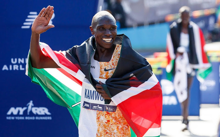 Marathontopper Kamworor breekt been bij aanrijding.