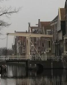 Bruggetje, van waaraf Mink zou hebben gekeken naar huis Jaap (rechts).