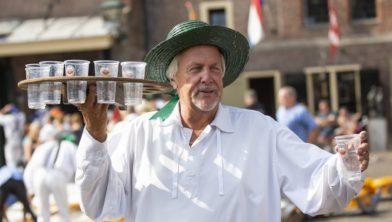 Water drinken op bloedhete Alkmaarse kaasmarkt, zelfs uit bierglazen!