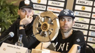 Lars Boom en Laurens ten Dam: helemaal onder de indruk van de te winnen trofee!