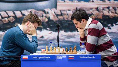 Vladimir Kramnik (r) tijdens zijn partij tegen Jan-Krzysztof Duda