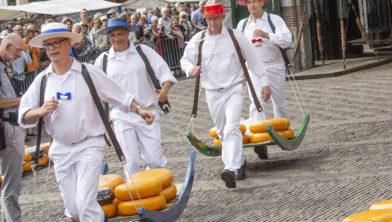 Kaasmarkt een internationale publiekstrekker en goed te combineren met een dagje shoppen in de historische binnenstad van Alkmaar.