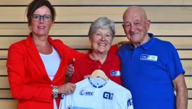 Jacqueline de Vré overhandigt Co en Riet het EK-wielershirt