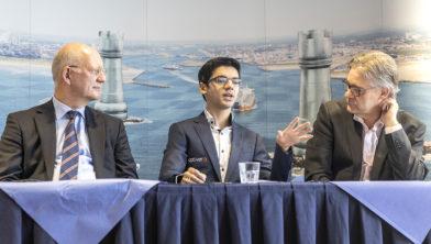 Theo Henrar, Anish Giri en toernooidirecteur Jeroen van den Berg