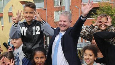 Wethouder Marcel van Zon tijdens onthulling kunstwerk 'Door tijd heen kijken' in oktober 2018