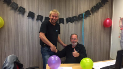 Roel Oosterhoff feliciteert de jarige Ron van de Kamp.