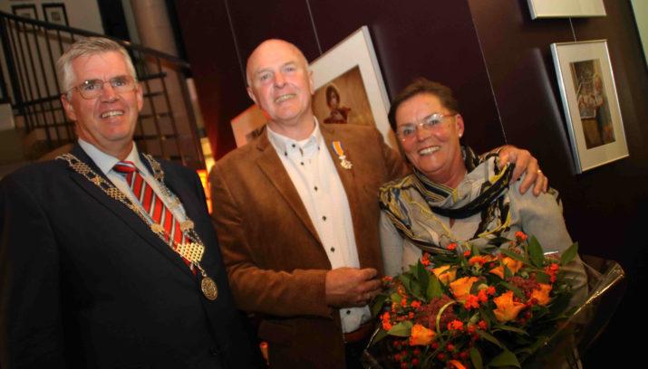 Burgemeester Baars en Ton en Ellie de Kruijf.