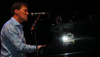 Een aantal Ermelose artiesten, waaronder John Vis, treedt belangeloos op.