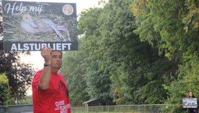 Save Movement the Netherlands voerde op 14 augustus ook actie bij Tomassen Duck-To.