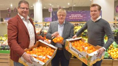 Bart-Jan Kuit (l) en Daniël Brinkman (r)  dragen de opbrengst symbolisch over aan Gijs van Norden van de Voedselbank (m).
