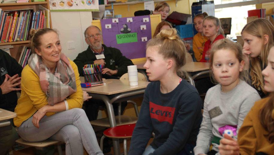 Evelien Kars (links) in gesprek met de leerlingen.