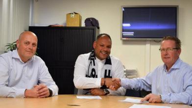Ruben Keijzer (voetbalzaken EFC'58 ), Carl Aventurin en de nieuwe voorzitter, Wim Peter van Panhuis.