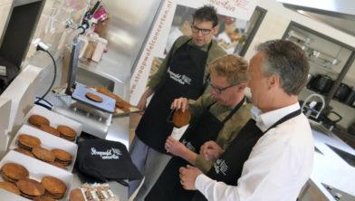 Op 17 april boden de bakkers van de Oude School Ermelo de eerste versgebakken stroopwafels vol trots aan de voorzitter van de Stichting Stroopwafelconcerten, Harry van Asselt aan.