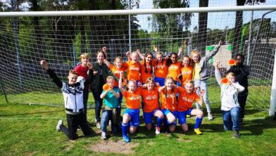 Het meisjesteam van de Beatrixschool viert samen met de fans de vijfde plaats.