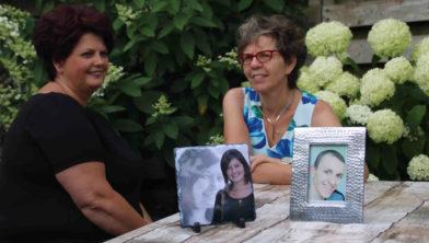 Ina en Margo met de portretten van hun overleden kinderen Melissa en Tim.