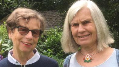 Vrijwilliger Suus Meddens (rechts) en nabestaande Annemarie Nonnekes.