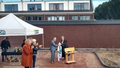 Moniek van Balen overhandigt ontmoetingsbank aan wethouder Klappe.
