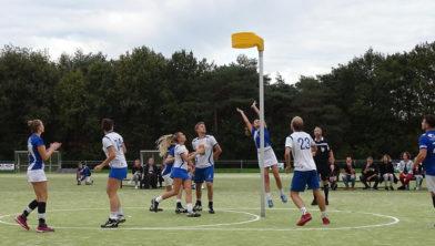 Aniek Odding scoort kort voor tijd de 19-19 gelijkmaker tegen Wit Blauw.