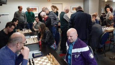 De deelnemers van het Rie Timmer Toernooi hebben een heerlijke schaakdag.