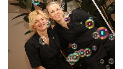Schoonheidsspecialisten Marit Guliker en Emily de Klerk.