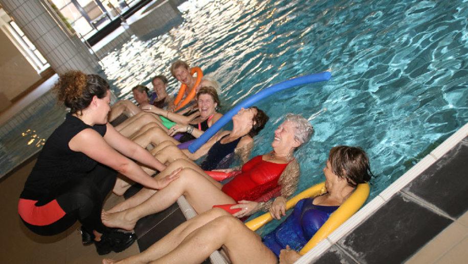 Buikspieren trainen tijdens groepsles Aquavaria.