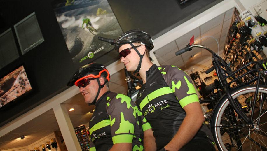 Stephan en Quinten showen fietsbrillen van Oakley.
