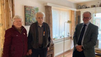 Echtpaar Bleijenberg en locoburgemeester Laurens Klappe.