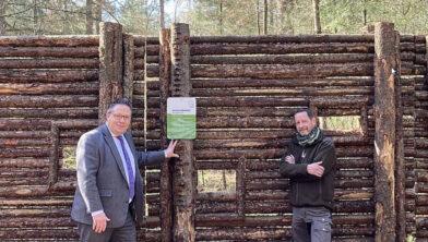 Wethouder Leo van der Velden en bosbeheerder Henk Jan Zwart.