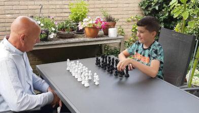 Sape Westra (links) en Wesley Roelofsen schaken in de open lucht.