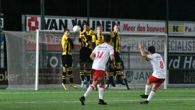 Verdediging DVS'33 Ermelo geeft weinig weg tegen Noordwijk.