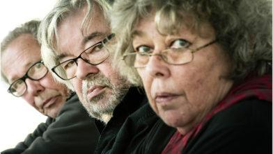 De Nederlandse historicus Maarten van Rossem midden zijn broer Vincent en zijn zus Sis.