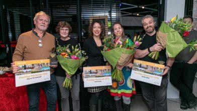 Wethouder Veeningen huldigde de vier Prachtige Poortenaren 2019 in januari van 2020 (vlnr Yte en Anja Oosterhof, wethouder Veeningen, Lieke Poorten en Gertjan Kloek).