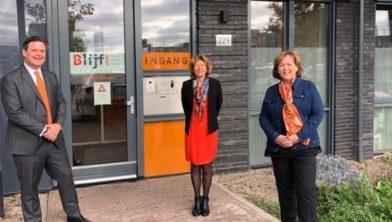 Voor het Oranje Huis in Almere Poort vlnr: Floris Voorink (wethouder Hilversum) Froukje de Jonge (wethouder Almere) en Hanneke Bakker (directeur Blijf Groep)