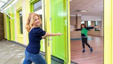 Directeur Esther Merks in het buitenlokaal op de eerste verdieping. Achter leerling Meas is de keuken te zien die in elk binnenlokaal zit.