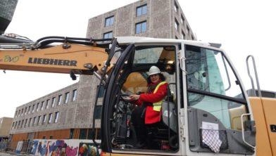 Wethouder Hilde van Garderen geeft startsein voor herinrichting Baltimoreplein.
