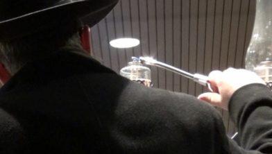 Rabbijn Moshe Stiefel steekt een licht aan voor het stadhuis tijdens Chanoeka-viering