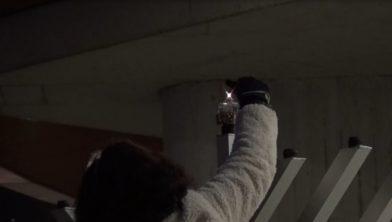 Wethouder Hilde van Garderen ontsteekt een licht tijdens de Chanoeka-viering 2020.
