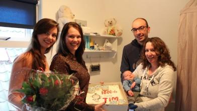 Op de foto v.l.n.r. Jeanneke Jonker, kraamverpleegkundige, Samantha Poortvliet, verloskundige, Theo Helder, Lean Helder en op de voorgrond baby Tim Helder