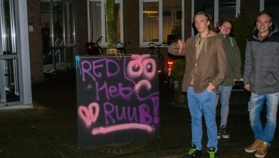 Jongeren protesteren bij het Rondeel