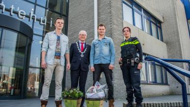 De helden die een vrouw uit een gezonken auto hebben gered zijn op dinsdag 17 maart bedankt door burgemeester Lokker en politie Hellevoetsluis.